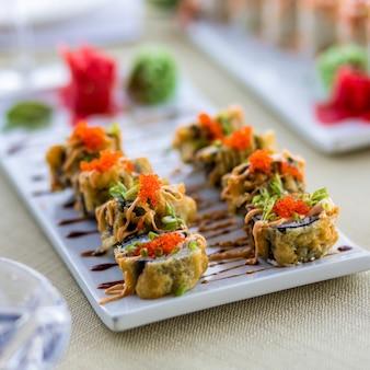 Bunte sushi-rolle auf dem tisch