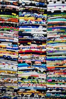 Bunte Textilien auf dem Markt