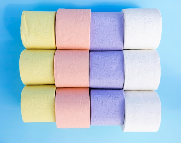 Bunte toilettenpapierrollen auf schreibtisch