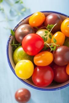 Bunte tomaten in der schüssel