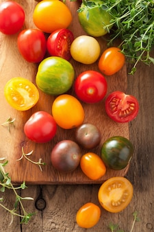 Bunte tomaten über holztisch