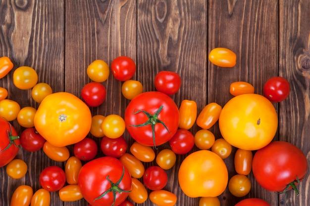 Bunte tomatenernte auf holztisch, draufsicht