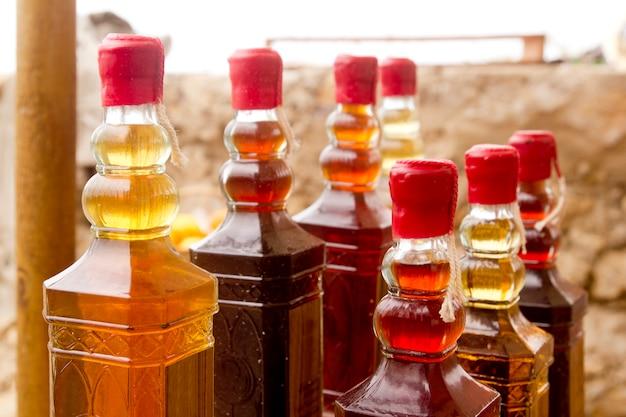 Bunte traditionelle alkoholflaschen in den reihen