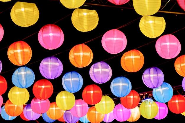 Bunte traditionelle chinesische laternenlampe im dunklen hintergrund