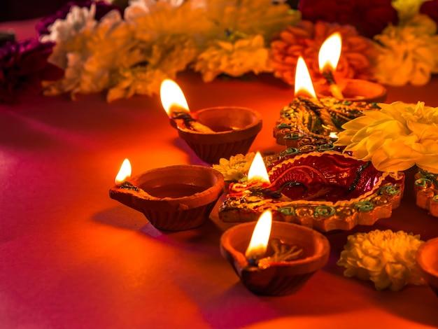 Bunte traditionelle lehmdiya lampen und blumen