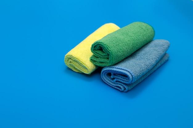 Bunte, trockene mikrofasertücher für die reinigung verschiedener oberflächen in küche, bad und anderen räumen.