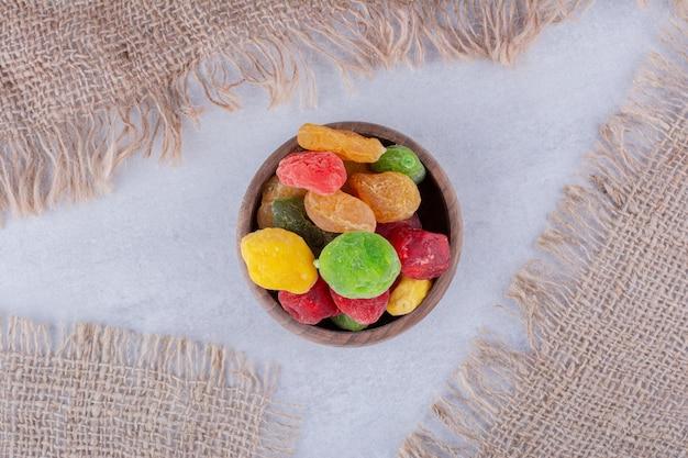 Bunte trockenfrüchte in einer holzschale. foto in hoher qualität