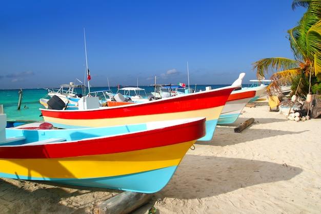 Bunte tropische boote im sand isla mujeres gestrandet