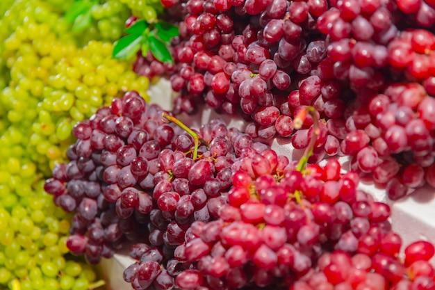 Bunte tropische frucht der roten und grünen traube