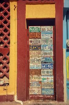 Bunte tür verziert mit autokennzeichen in mexiko auf der isla mujeres