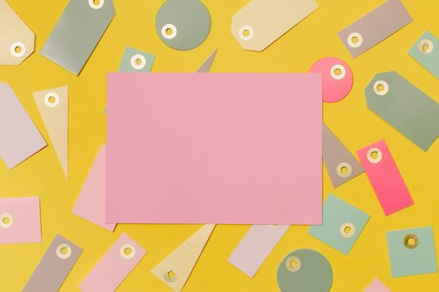 Bunte verkaufsetiketten zum einkaufen und rosa papier zum modellieren