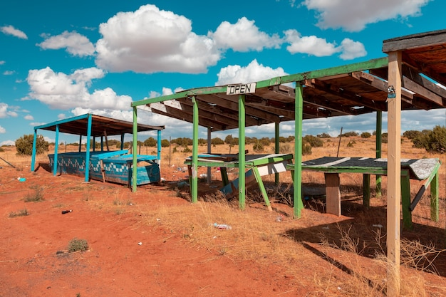 Bunte verlassene marktstände irgendwo entlang der autobahn in utah
