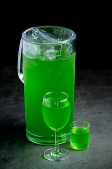 Bunte verschiedene cocktails in gläsern