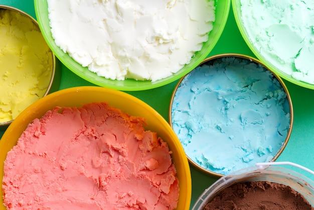 Bunte verschiedene schalen mit verschiedenen hausgemachten mehrfarbigen eiscreme