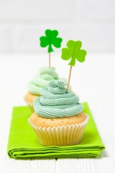 Bunte vertikale fahne st patrick tagesthema. cupcakes mit grüner buttercreme dekoriert