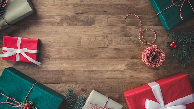 Bunte verzierte geschenkboxen auf holztischgrenzdesign weihnachtshintergrund