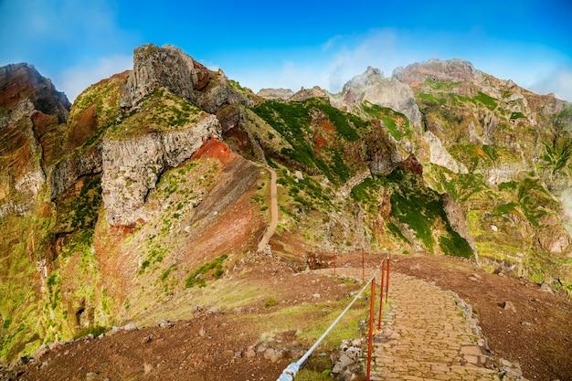 Bunte vulkanische berglandschaft mit wanderweg