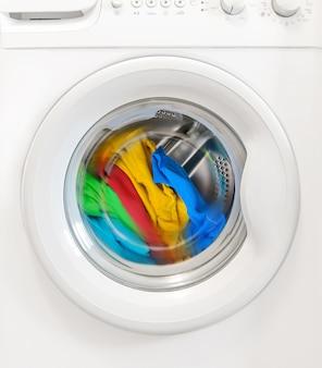 Bunte wäsche dreht sich im waschmaschinentank