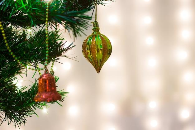 Bunte weihnachts- und neujahrshintergrundtapete oder -vorlage für design mit kopienraum für text