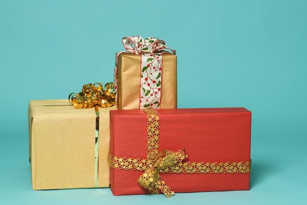 Bunte weihnachtsgeschenke auf einer minze