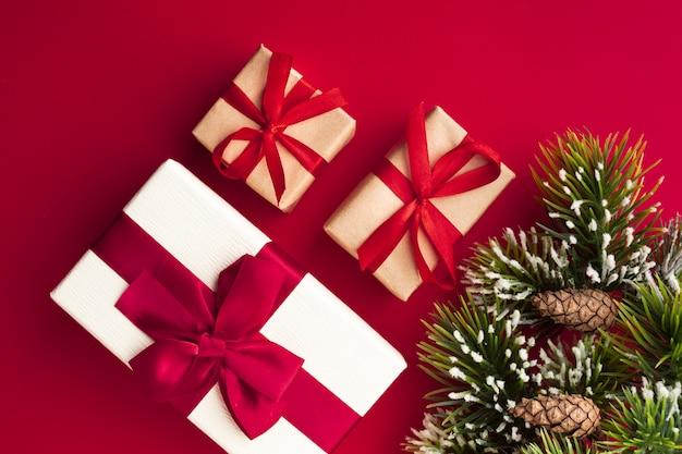 Bunte weihnachtsgeschenke der draufsicht