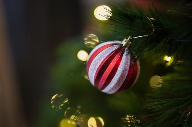 Bunte weihnachtskugel der nahaufnahme