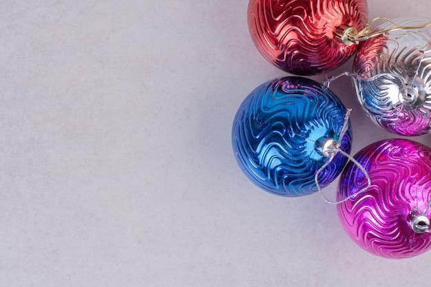 Bunte weihnachtskugeln auf weißer oberfläche