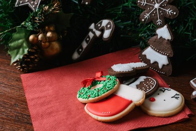 Bunte weihnachtsplätzchen mit festlicher dekoration