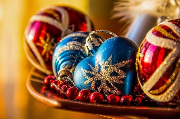 Bunte weihnachtsverzierungen. weihnachtskugeln.