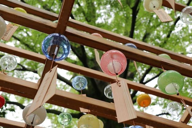 Bunte windspiele aus glas in japan