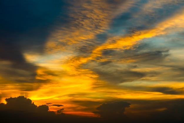 Bunte wolke der ewigen flamme und abendhimmel und strahlnlicht des sonnenuntergangs