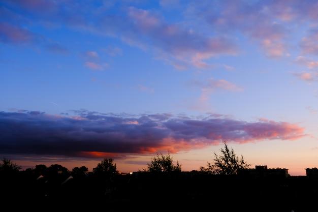 Bunte wolken am sonnenuntergang himmel