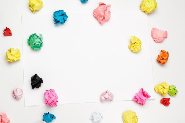Bunte zerknitterte papierbälle