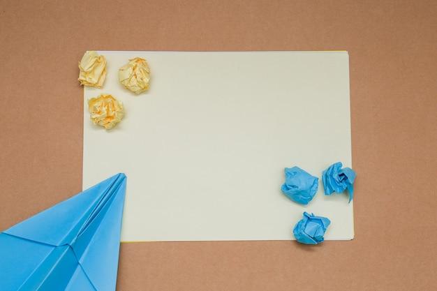 Bunte zerknitterte papierkugeln