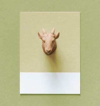 Bunte Ziegenfigur auf einem Papier