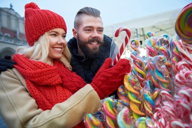 Bunte zuckerstangen vom weihnachtsmarkt