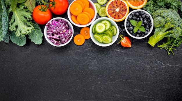 Bunte zutaten für gesunde smoothies und säfte mit kopierraumhintergrund