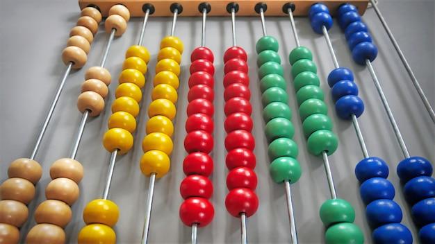 Bunter abakus mit den perlen angeordnet als herzform