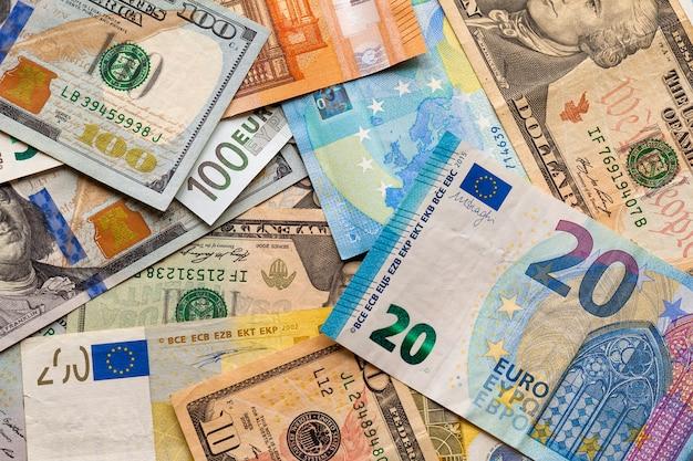 Bunter abstrakter hintergrund von verschiedenen banknoten, ukrainische landeswährungsrechnungen, amerikanische dollar und euro. geld und finanzen, erfolgreiches anlagekonzept.