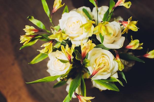 Bunter blumenstrauß. rosen. tulpen. geburtstag, ostern, muttertag, valentinstag, grüße, glückwünsche.