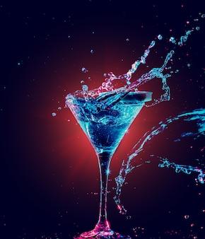 Bunter cocktail im glas mit spritzer