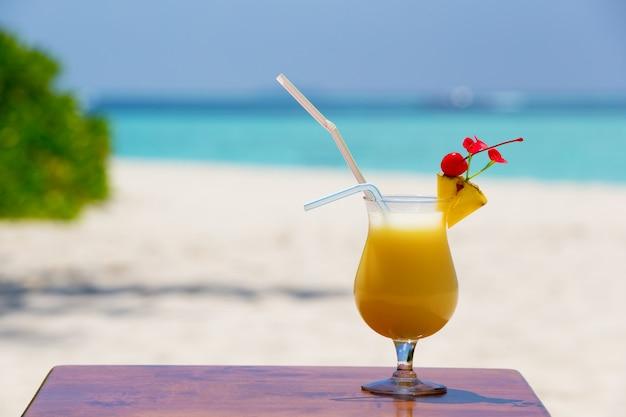 Bunter cocktail und getränk am strand