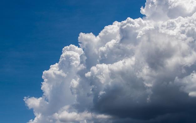 Bunter dramatischer himmel mit wolke bei sonnenuntergang. schöner himmel mit wolkenhintergrund