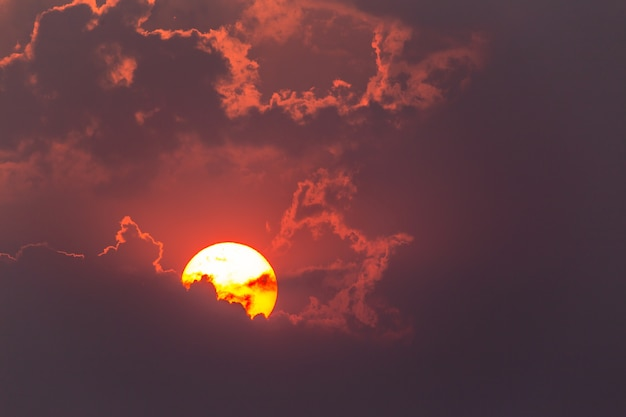 Bunter drastischer himmel mit wolke bei sonnenuntergang bunter drastischer himmel mit wolke bei sonnenuntergang.