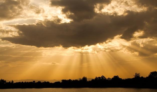 Bunter drastischer himmel mit wolke bei sonnenuntergang