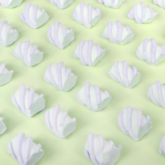 Bunter eibisch ausgebreitet auf limettenpapier. pastell kreatives strukturiertes muster