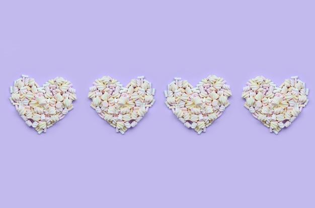 Bunter eibisch ausgebreitet auf violettem und rosa papier