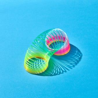 Bunter flexibler frühling mit schatten auf einem pastellblauen hintergrund mit kopienraum.