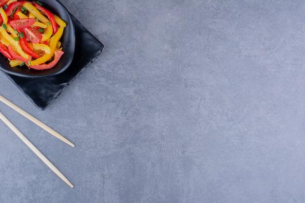 Bunter gehackter paprikasalat mit cherrytomaten
