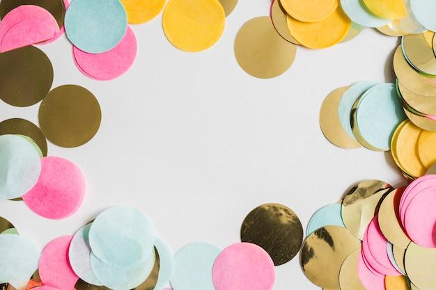 Bunter goldener konfettiraum der draufsicht in der mitte